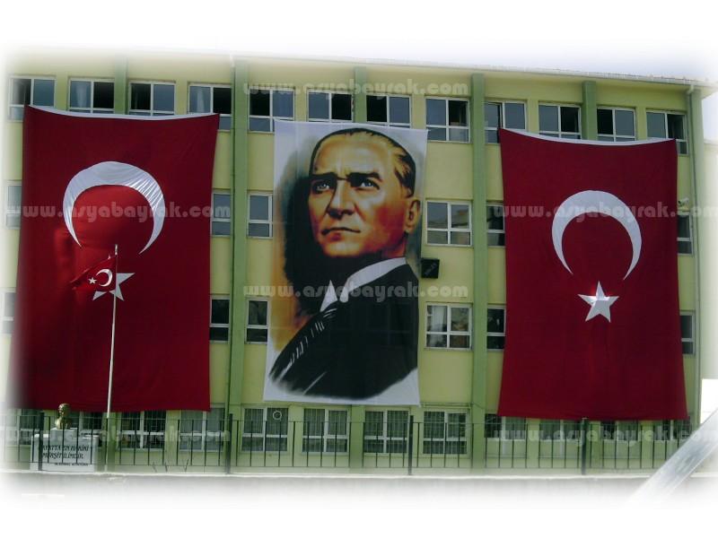 Binaya Asılan Büyük Ebatta Türk Bayrağı