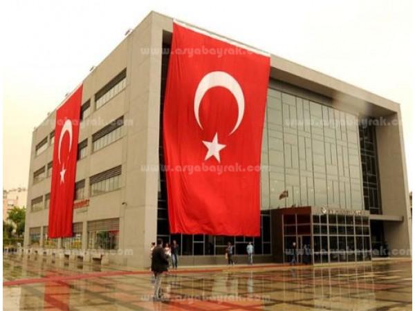 Binaya Asılan Türk Bayrağı